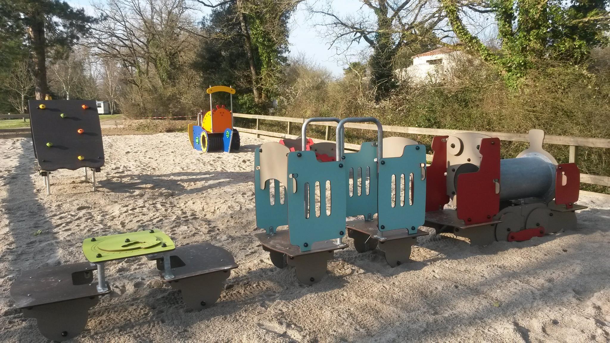 l'aire de jeux enfants camping Castel 5 étoiles en Vendée