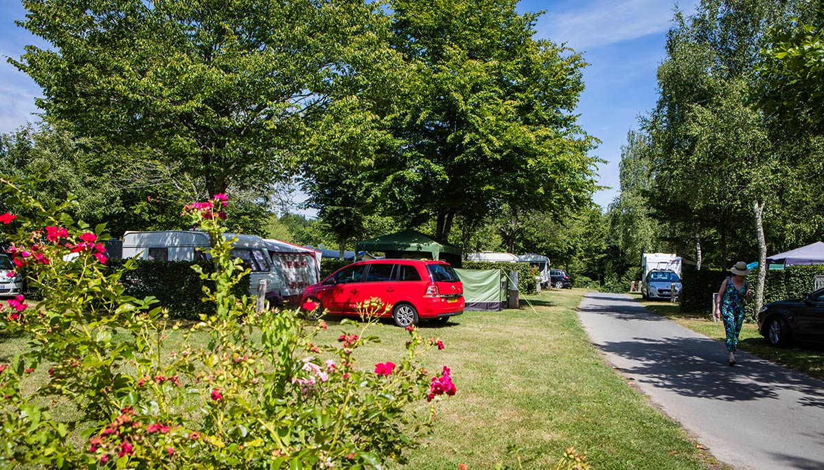 allée fleurie camping Castel 5 étoiles en Vendée