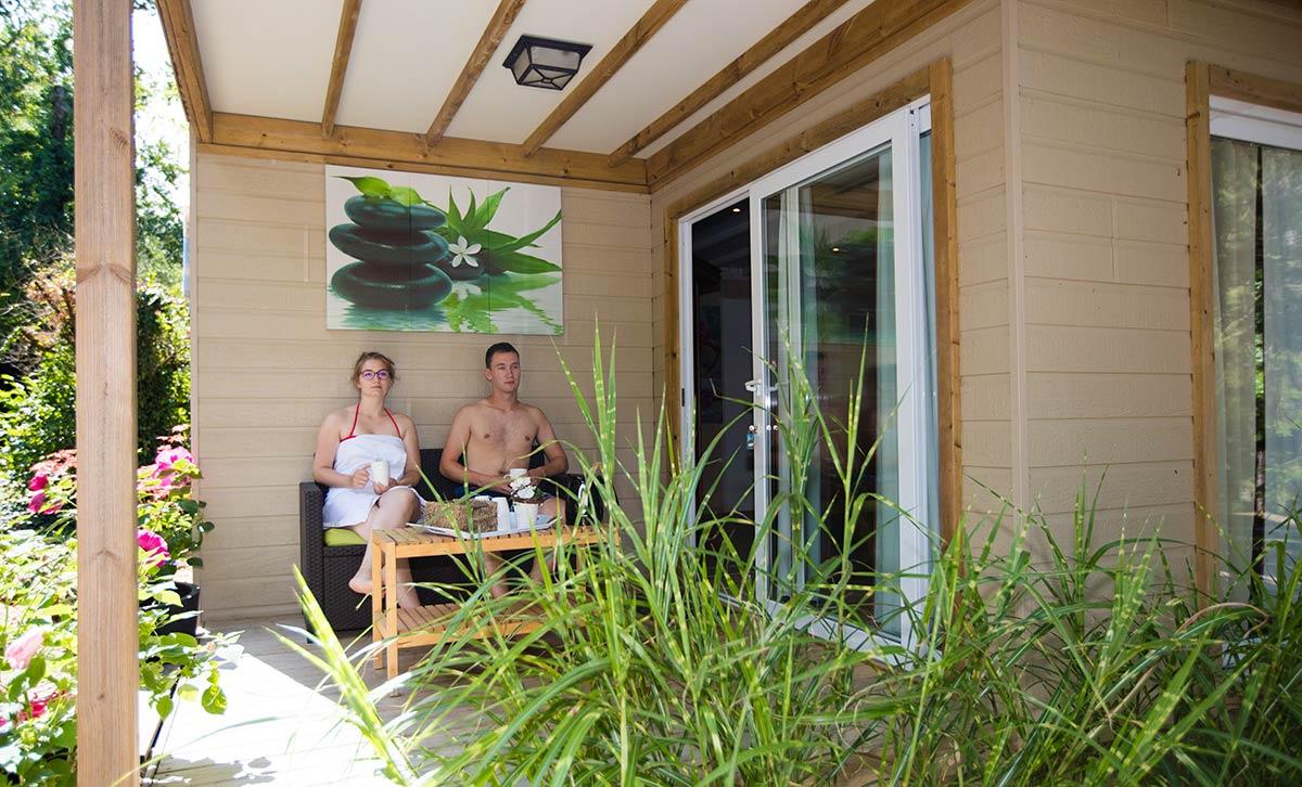 terrasse spa camping Castel 5 étoiles en Vendée