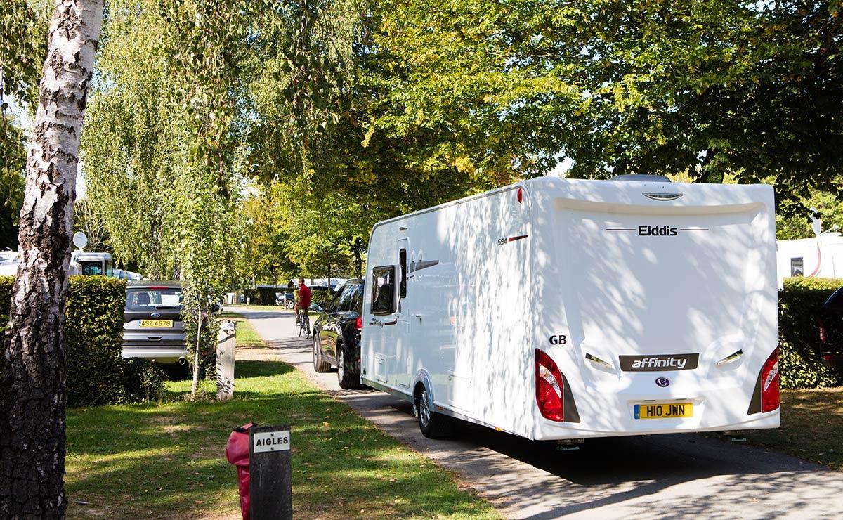 allée avec caravane camping Castel 5 étoiles en Vendée