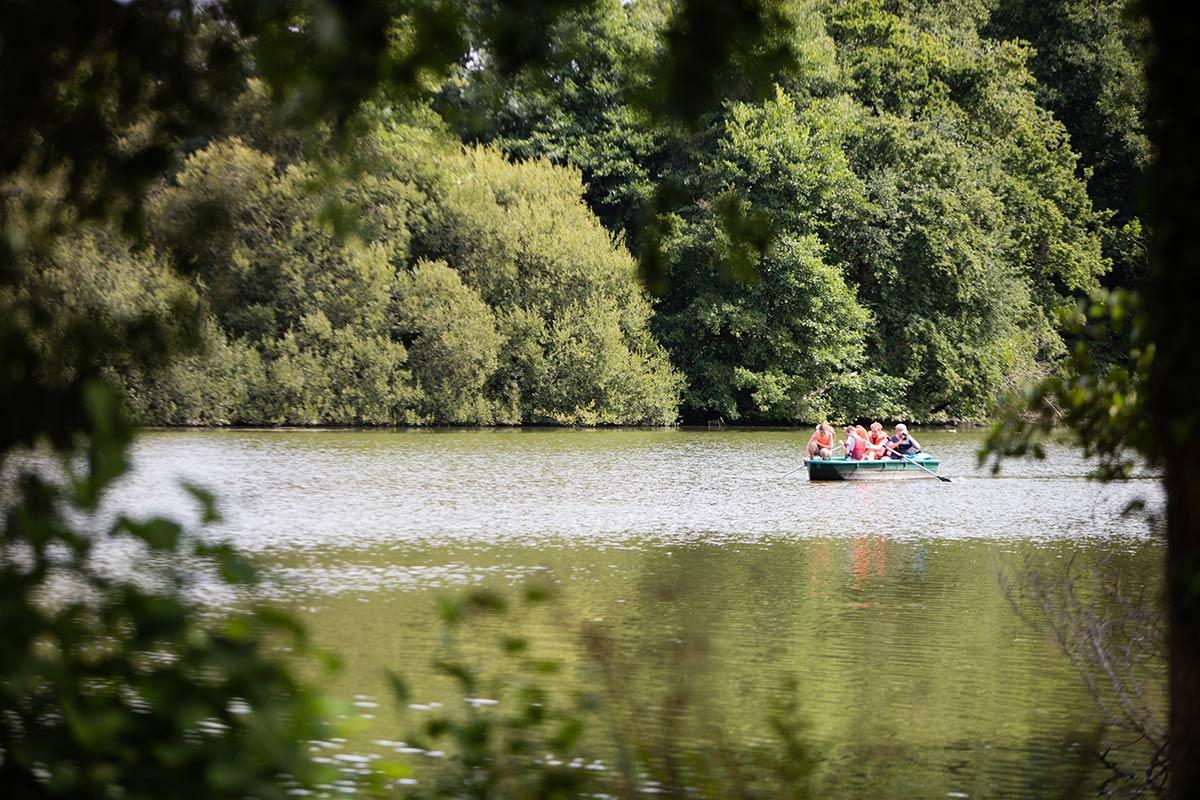 canoe sur l'étang du camping Castel 5 étoiles en Vendée