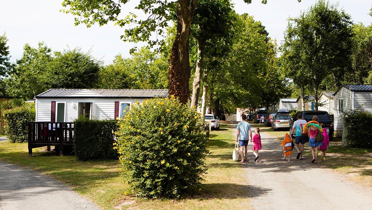 allée fleurie du camping Castel 5 étoiles en Vendée