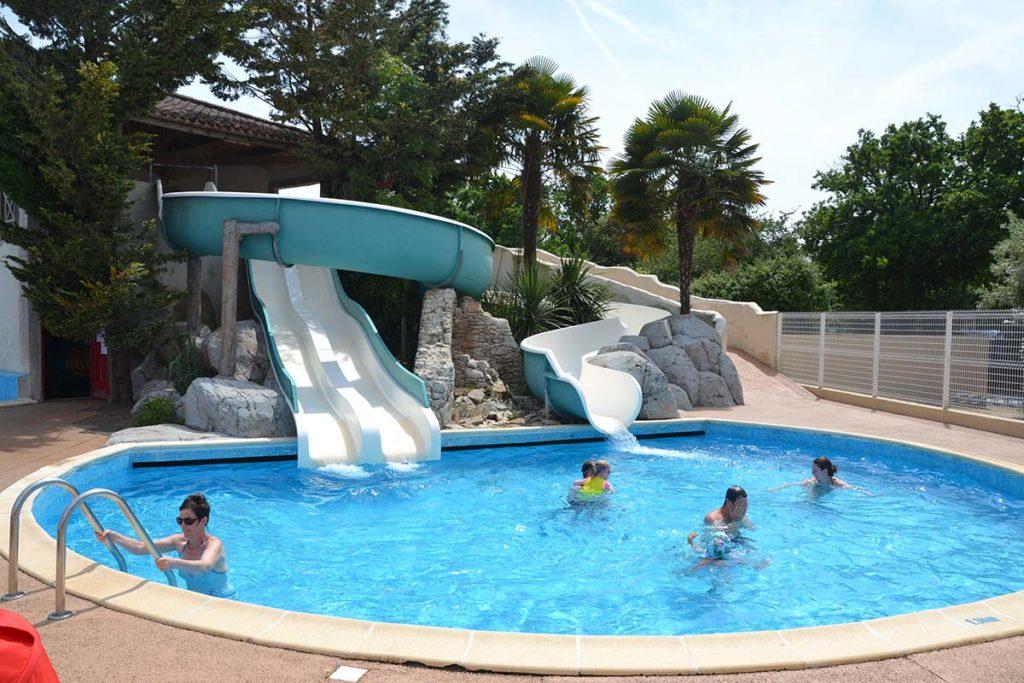 Le plus beau camping possède des piscines et des toboggans